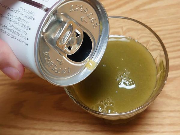緑でサラナをコップに入れた画像