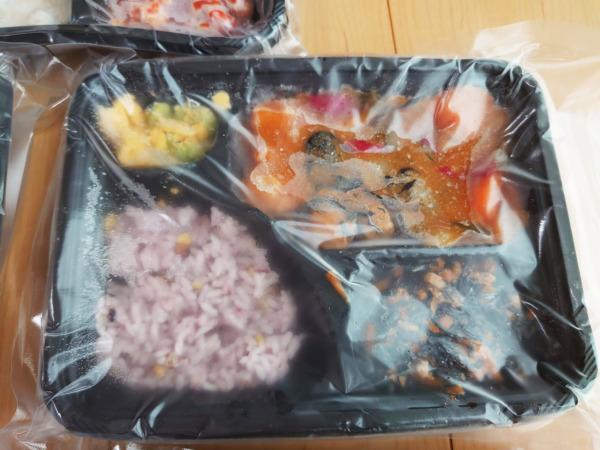 Bキッチン「黒酢酢鶏弁当」の解凍前