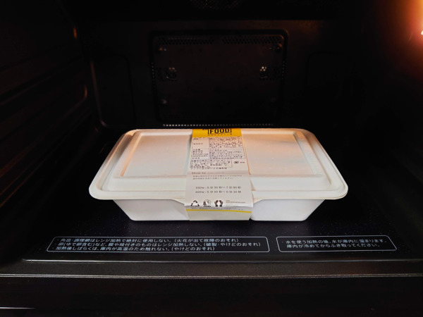 GOFOODゴーフードのお弁当を電子レンジに入れる