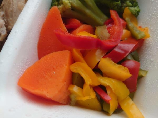 GOFOODのカレーソース鶏もも肉ステーキのお肉のお野菜